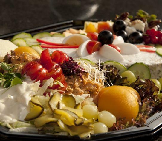 Triosalade met fruit en vleeswaren per persoon 1