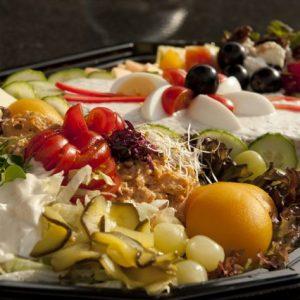 Triosalade met fruit en vleeswaren per persoon